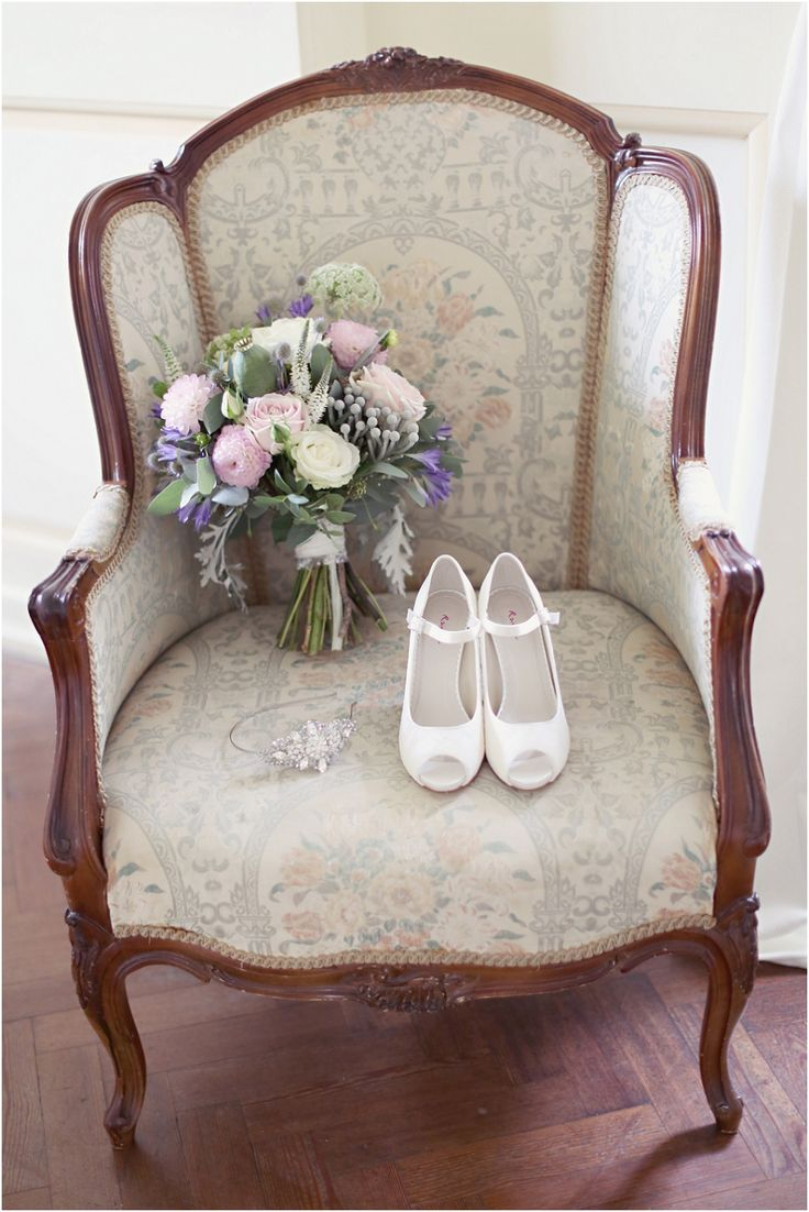 Love this! The brides bouquet and beautiful shoes