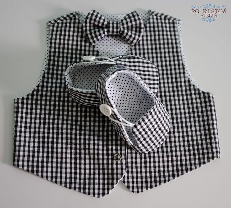 Kit contendo um colete dupla face + gravata borboleta + sapatinho de tecido. Confeccionado em tecido 100% algodão. <br> <br>ATENÇÃO: estampa da foto esgotada! <br>Consulte o nosso mostruário de tecidos e estampas disponíveis logo abaixo. <br> <br>Colete disponível nos tamanhos: <br>0 a 3 meses <br>3 a 6 meses <br>6 a 12 meses <br>12 a 18 meses <br> <br>Sapatinho disponível nos tamanhos: <br>P - medida: 10 cm (comprimento) x 5,5 cm (largura) <br>M - medida: 11 cm (comprimento) x 6 cm…