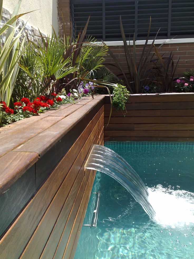 8 best piscina con jardineras y cascadas integradas for Piscinas con cascadas