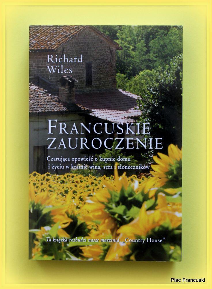 """Książka dla Ciebie i na prezent -  Francuskie zauroczenie"""" w księgarni PLAC FRANCUSKI. Kto z nas nie marzył o uroczym domku na południu Francji, śniadaniach na tarasie, wykwintnych winach do obiadu czy delektowaniu się smakowitymi francuskimi serami? Podobne marzenia miał brytyjski dziennikarz, Richard, i jego żona, Al. Podczas jednej z wizyt we Francji ich marzenie stanie się realne, a mało zachęcający anons w lokalnej prasie całkowicie odmieni ich życie."""