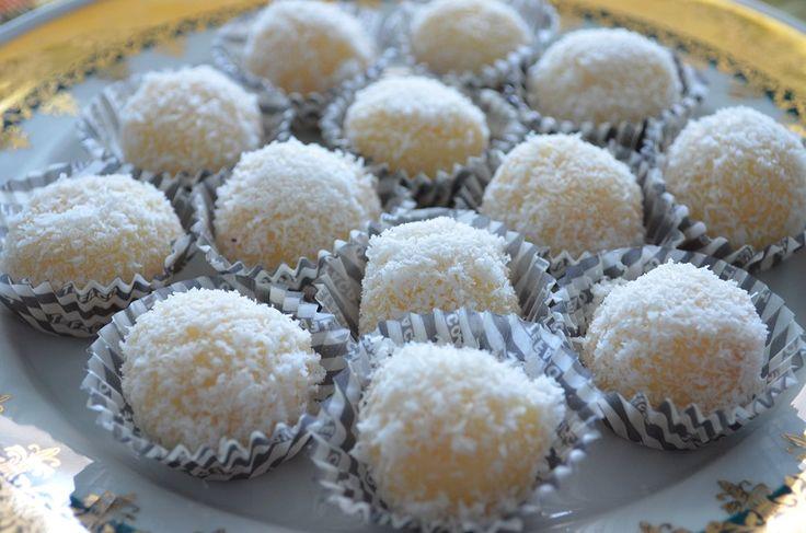 Να προσφέρουμε ένα γλυκάκι με γεύση από Βραζιλία; Τα beijinho (σημαίνει φιλάκια στα πορτογαλικά) είναι γλυκάκια που τα σερβίρουν σε πάρτυ γενεθλίων. πώς να φτιάξουμε: Βάζουμε το βούτυρο με το ζαχαρ…