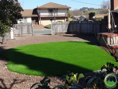 Proyect Artificial synthetic grass installed with pea gravel in a large backyard in Novato, California.
