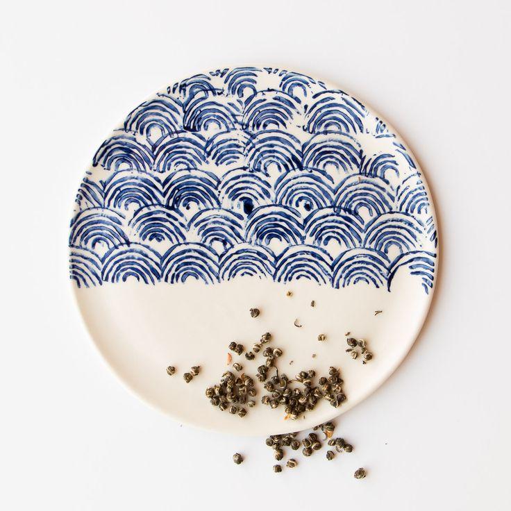 Cette magnifique grande assiette en porcelaine blanche et bleu cobalt est l'un de nos coups de coeur. Fabriquée à la main dans l'atelier d'Art et Manufacture, situé à Magog, chaque pièce est légèrement différente l'une de l'autre.