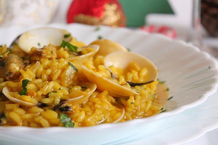 Il risotto con vongole veraci e zafferano è un primo piatto a base di pesce molto raffinato e particolare, perfetto anche per situazioni formali. Ecco la ricetta