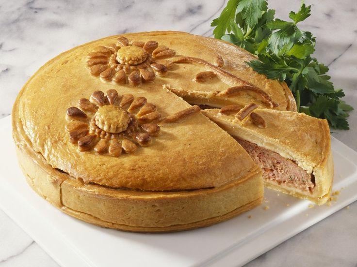 Мясные пироги — это символ семейности, благополучия и твёрдых традиций в стиле дня отца, дня матери, дня благодарения и пасхальных дней. Я могу перечислить ещё не один десяток поводов, при которых не обойтись без пахучего, большого, напоминающего каравай мясного пирога. При желании в мясную начинку можно добавить мелко нарезанную зелень укропа, жаренные шампиньоны с жареным […]