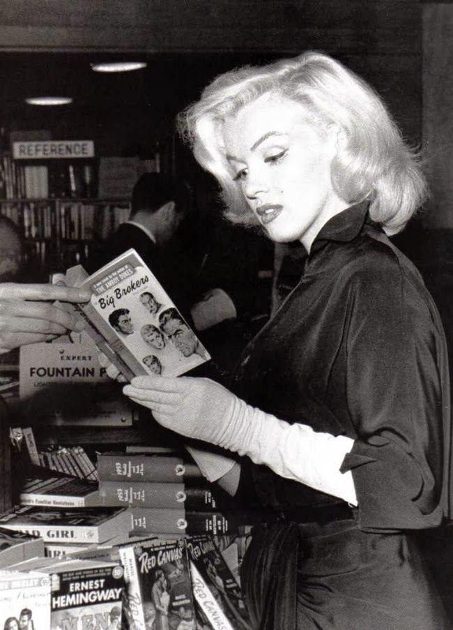 Marilyn Monroe..La Vera intelligenza di Marilyn è stata capire subito cosa voleva il popolo da LEI!!!ma era anche una lettrice molto impegnata un bel cervello,UNICA!<3