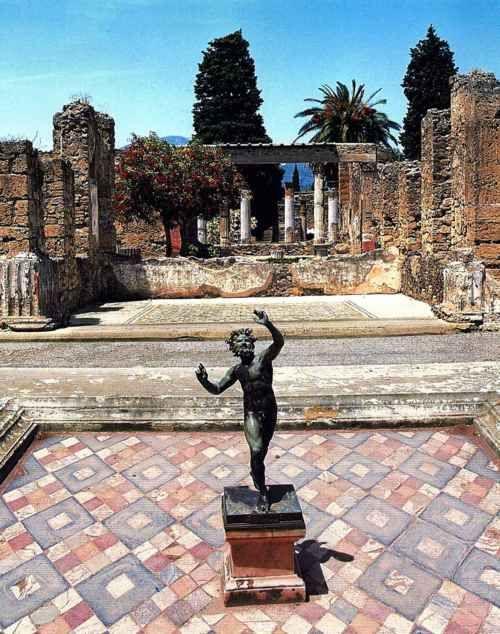 Pompei ruins, Italy.L'atrium principal de la Maison du Faune. Recouvert à l'origine de 4 toits inclinés vers l'intérieur, il ne demeure de cet atrium que la vasque de l'impluvium où étaient recueillies les eaux de pluie.