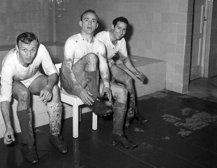 Di Stéfano, Santamaría y Gento en el vestuario del Real Madrid después del partido de Copa de Europa Real Madrid 4 - Vasas de Budapest 0, en 1958. En aquella edición, los blancos alzarían su cuarto título consecutivo