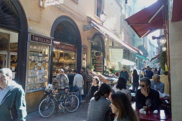 I locali di Via Calzolerie, dove mangiare a #Bologna http://www.viaggiaescopri.it/dove-mangiare-a-bologna-gustare-la-citta/