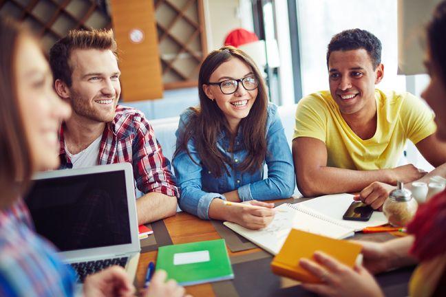 Om van groepswerk een echt leerproces te maken, is het gesprek binnen de groep cruciaal.Je leerlingen moeten erluisteren, vragen stellen en argumenten geven. Ontdek hoeeen groepsgesprek rendeert.