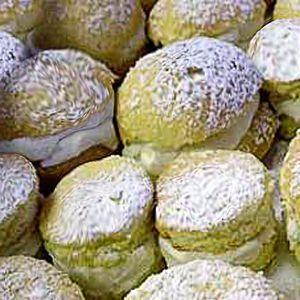 La ricetta dei sospri di monaca alla messinese, tortine tipiche della pasticceria siciliana messinese a base di pan di Spagna farcito di crema di ricotta.