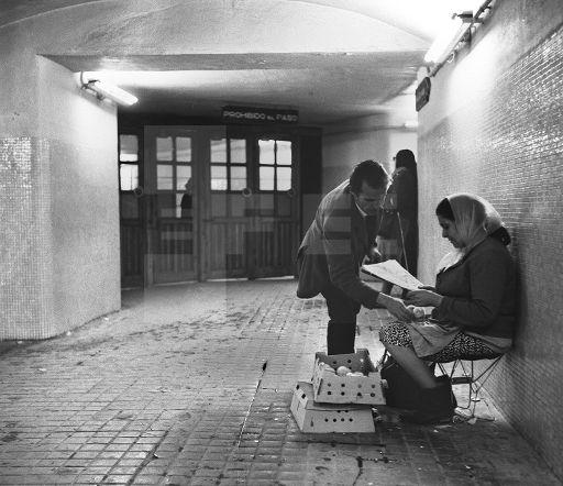 Una mujer vende pollitos en uno de los pasillos del metro de Atocha.