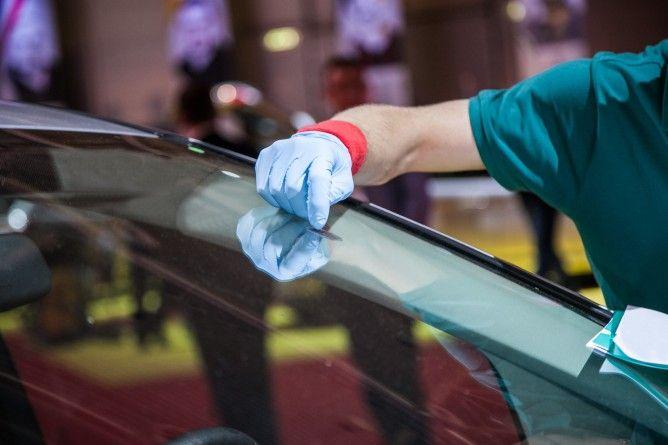 Naprawa szyb samochodowych – kiedy udać się do specjalisty?