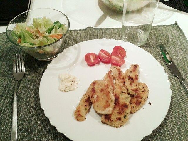 Petto di pollo impanato (con pan grattato, parmigiano grattugiato, prezzemolo sale pepe e cornflakes a piacere) cotto in padella o fritto.