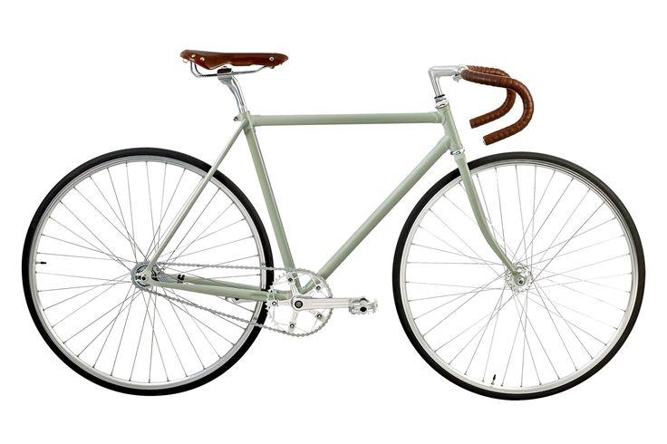 Amstel cyklen er en ode til 60'ernes Tour de France-cykler. Dengang, hvor stellene stadig var lavet af stål og enkeltdelene sammensat med muffer med flotte udskæringer. Dengang man brugte ægte læder til sadler og styrbånd, og forkromet metal gjorde looket komplet - og lang tid, før cykler blev lavet af kulfiber og aluminium. Amstel er ikke antik, men bag vintage-udseendet gemmer sig en moderne single speed racercykel med både aluminiumsdele og letvægtsstel.