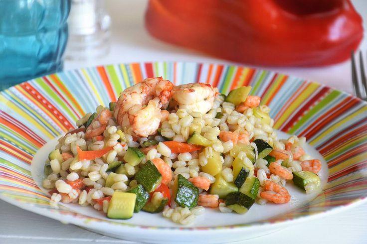 L'insalata di orzo perlato può essere considerato un piatto unico sfizioso che unisce gli ingredienti di mare a quelli di terra. Il caldo è ormai arrivato e