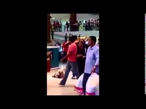 Homem tira roupa em shopping para provar que não roubou - YouTube