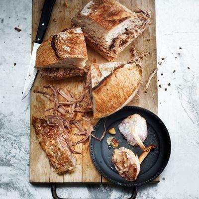 Tof recept met 'Pulled pork' en gepofte knoflook; voor een goeie dikke sandwich. Lekker lazy lunch gerecht voor op de herfstige zaterdag middag.