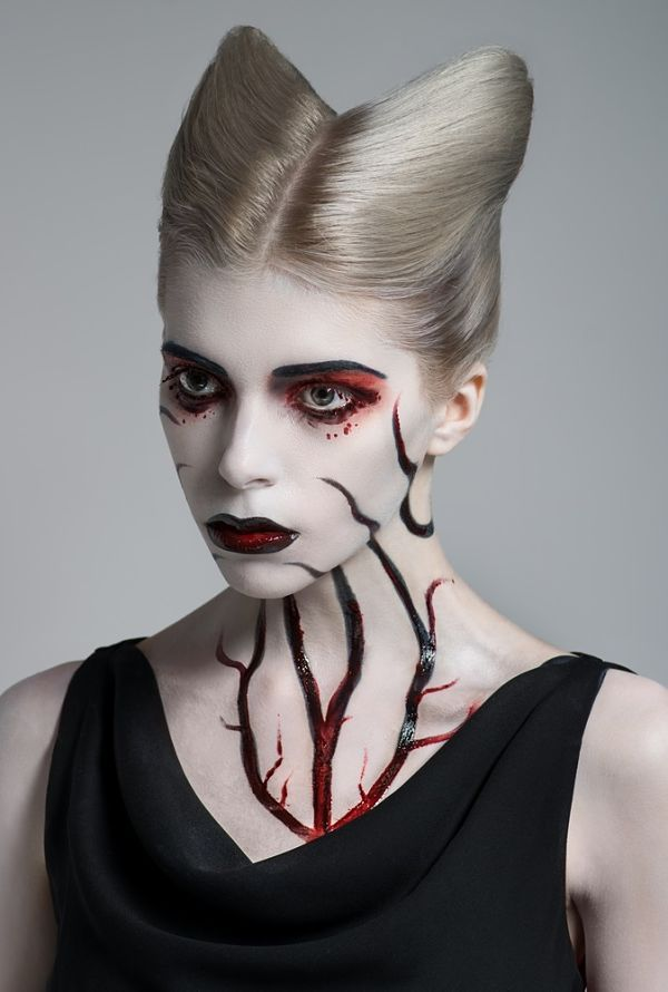 Una mujer joven con maquillaje para halloween con venas pintadas
