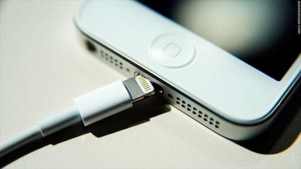 Une des erreurs les plus fréquentes que font les gens avec leur iPhone est de ne pas utiliser un chargeur Apple officiel.