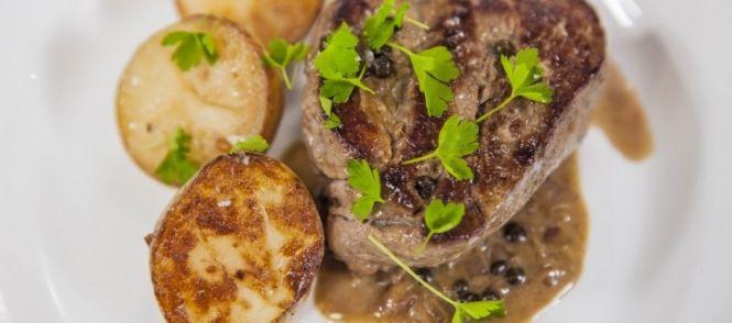 Malse Biefstuk Met Luxe Pepersaus En Gebakken Aardappels recept   Smulweb.nl