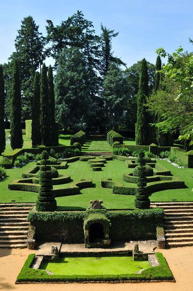Au cœur du Périgord, les jardins d'Eyrignac sont un mélange de jardins à la française et à l'italienne, respectivement caractérisés par leur équilibre et leurs larges terrasses.