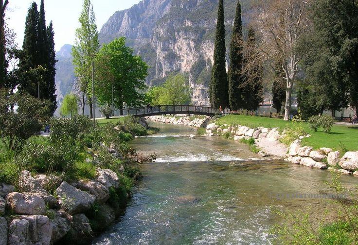 Questa è l'immagine che ho appena messo come sfondo del mio desktop... E' un mio scatto fatto un po' di anni fa a Riva del Garda... Che bel posto... Magico direi!