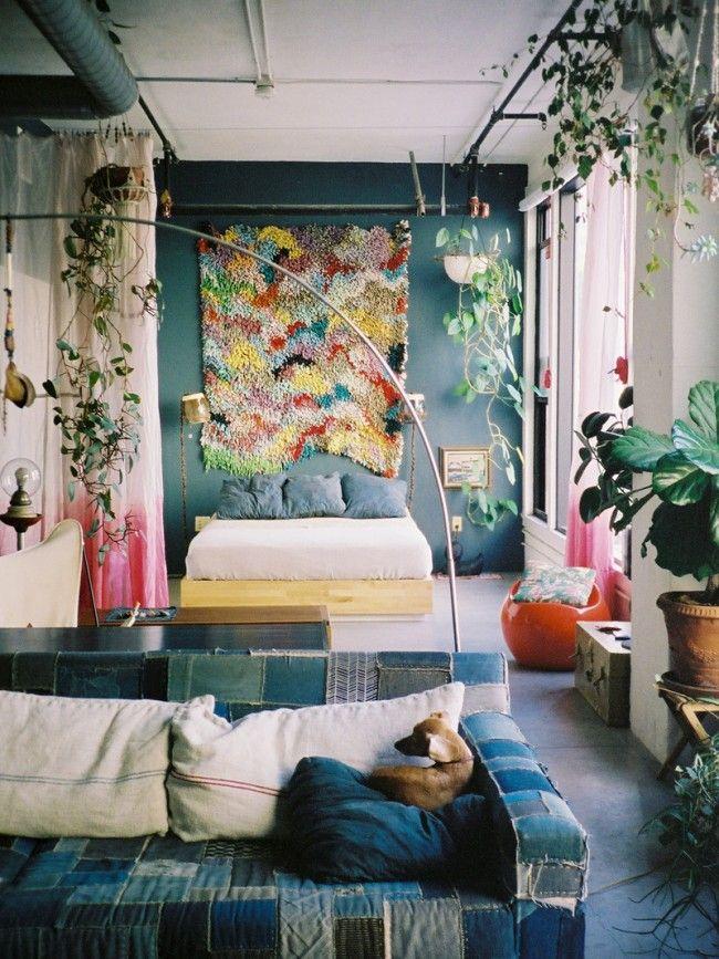 Богемная атмосфера лофта в деловом районе Лос-Анджелеса. Эта квартира - арендована, и весь декор в ней составляют авторские предметы мебели, текстиль, винтажные вещи и сувениры. А еще - живые растения, здесь они просто повсюду