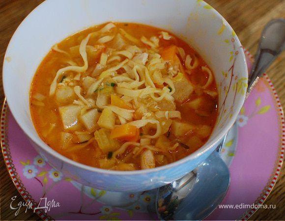 Овощной суп с курицей и яичной лапшой. Ингредиенты: куриные грудки вареные, лапша яичная в гнездах, сельдерей корень