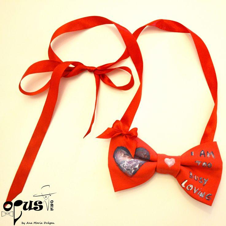 Papion Free-tied rosu realizat din bumbac si banda din saten pentru legare. Papion handmade creat special si pictat cu culori de textile (rezista la spalare pana la 40 de grade) . Dimensiunea fundei: 11,5 cm X 7,5 cm.