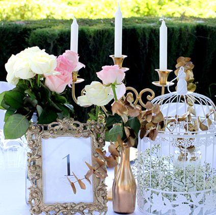 """""""Toques dorados, la jaula blanca que tanto os gustó, aquéllas flores que eligió con tanta ilusión… ¡No pueden faltar las velas!"""" Calma… Todo lo que habéis elegido es perfecto. Solo queda disfrutarlo."""