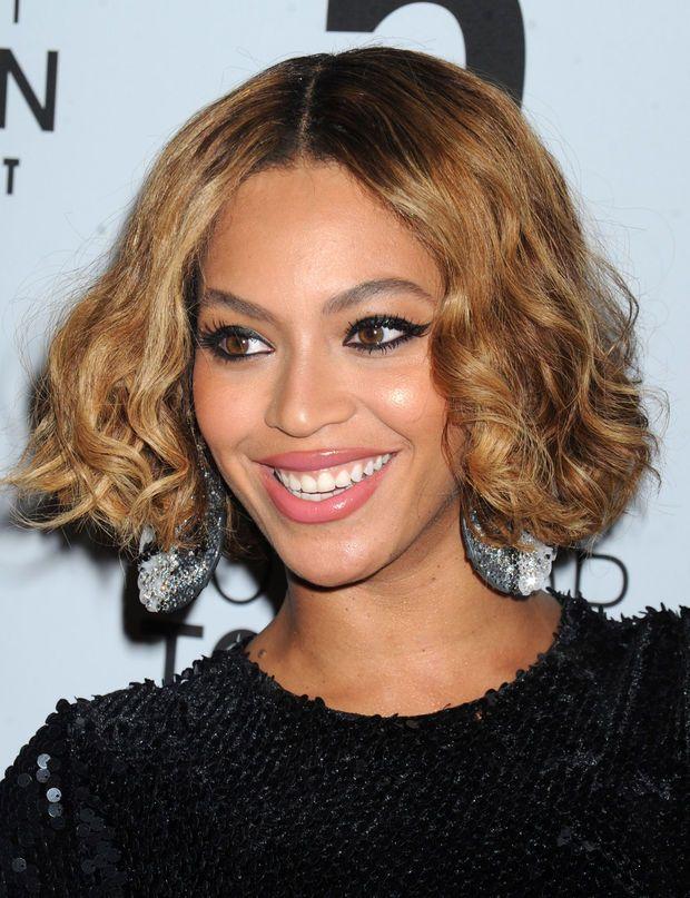 J'ai un visage ovale, j'adopte le carré bouclé de Beyonce Quand on a cette forme de visage, on peut se permettre de porter n'importe quelle coupe. Mais avec cette nouvelle tentative capillaire, la chanteuse marque dans le mille.