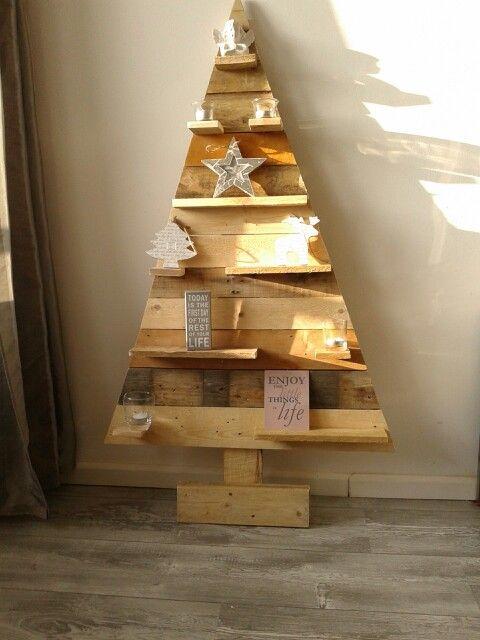 Moderne kerstboom van pallethout is nu te verkrijgen bij modern verleden voor 50 euro.