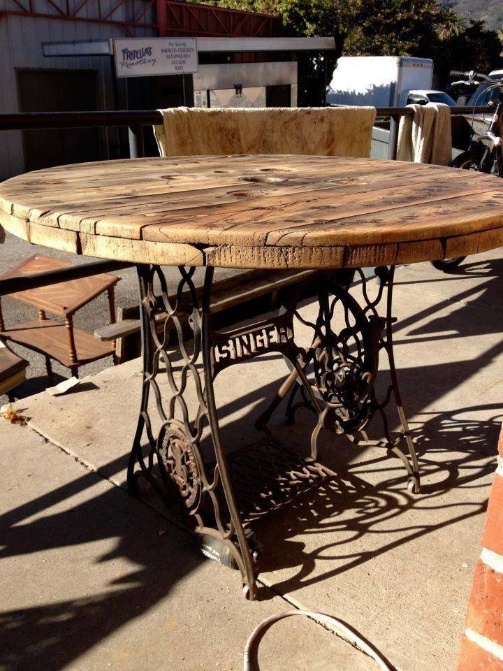 Mesa com base de máquina de costura