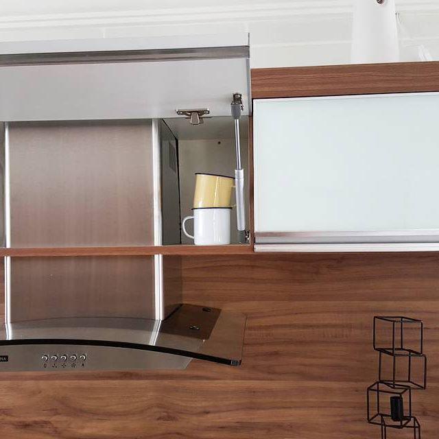 Queríamos muito uma coifa na cozinha mas não estávamos dispostos a quebrar tudo para fazer a saída.  Então comprei a coifa e uso como depurador. Dá super certo.  No projeto ela fica com a metade escondidinha dentro do armário. Funcionou super bem.  O modelo que escolhemos é a veto 60 da tramontina e adoramos.  ➕ #morandocomamor #coifa #tramontina #depurador #cozinha #cozinhaplanejada #homedecor #decorcozinha #nossacasa