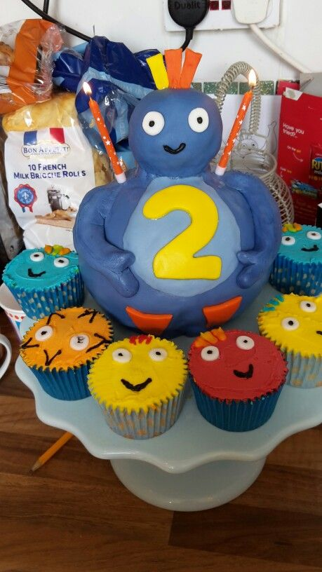 Tasty looking Great BigHoo cake and terrific Twirlywoos cupcakes! We've never wanted to hug a cake before!