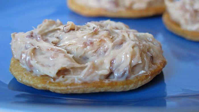 Imagen: www.verema.com    Necesitamos    1 tarrina de queso Philadelphia  75 gr de nueces   1 lata de anchoas   8 a 10 rebanadas de pan...