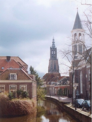 The spire has been put back on the Elleboogkerk in Amersfoort. The church, which housed the Armando museum, burned down in 2007.