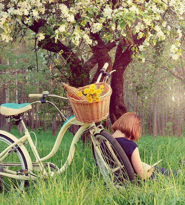 MEJOR CON CESTA  Para ir de picnic, hacer la compra, llevar a tu mascota... Las cestas de mimbre son el mejor compañero de las bicicletas vintage. Muévete cómodamente por la ciudad sin tener que cargar peso en la espalda.
