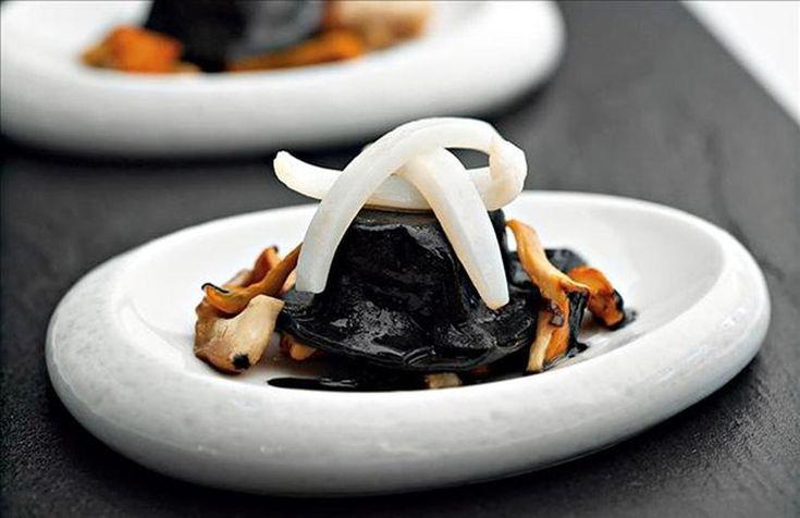 Ravioli negro, setas y calamar