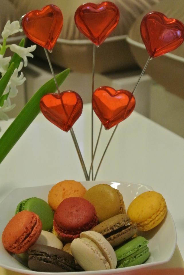 Inimioare și macarons colorați.