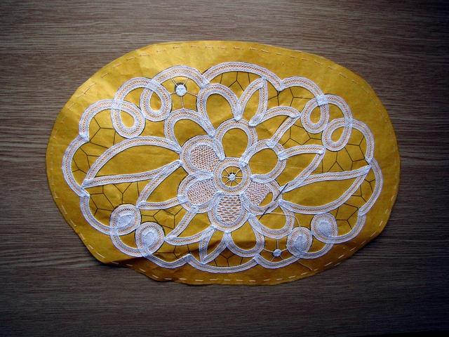 Luxeuil Tape Lace: Kristiina pooleli pitsitöö Luxeuilis by pitsimeister