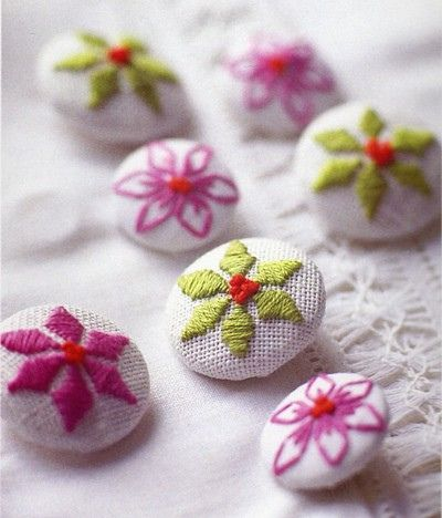 Embroidered buttons. Moss ༺✿ƬⱤღ  https://www.pinterest.com/teretegui/✿༻
