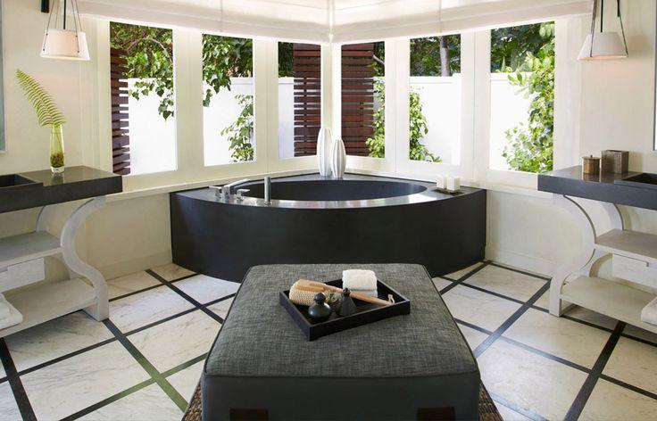65 Идей угловых ванн в интерьере: всё о существующих видах, размерах и формах http://happymodern.ru/uglovye-vanny-65-foto-uyutnaya-roskosh/ Беспроигрышное, вне времени, сочетание черного и белого: черная каменная ванна в белой, классически оформленной комнате