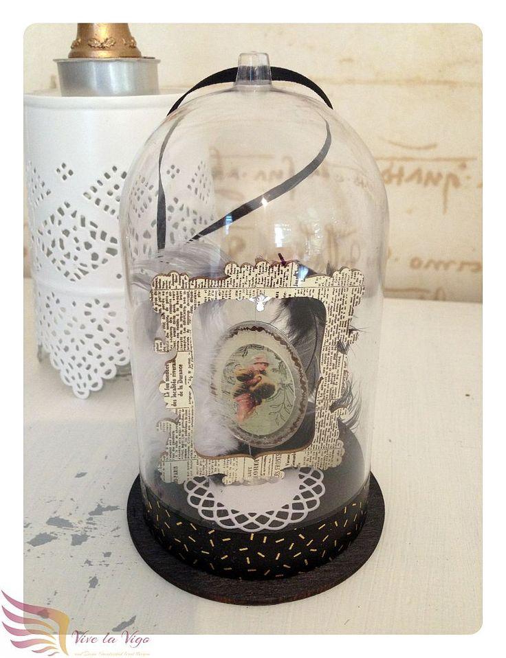 Große Glaskuppel mit Bilderrahmen