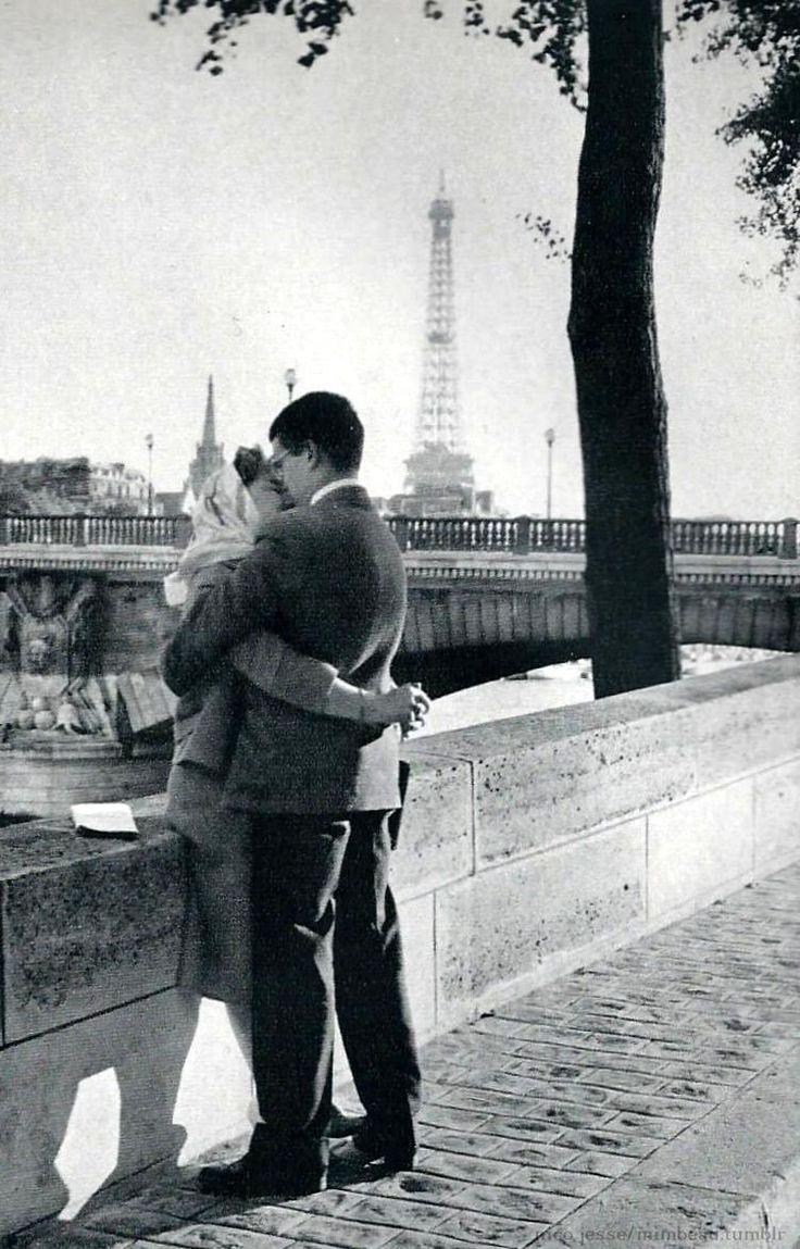 ''Seine, paradis pour les amoureux'', fotografia de 1956 de Nico Jesse. Veja também: http://semioticas1.blogspot.com.br/2013/12/robert-capa-em-cores.html
