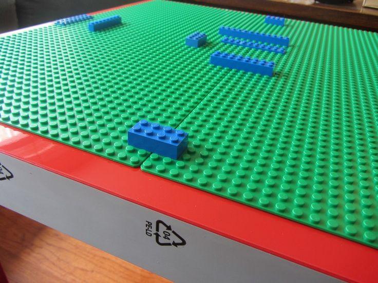 Mais comment cela fonctionne en vrai?D'abord, il faut placer les plaques de Lego en fonction de vos envies en vous aidant de briques Lego pour les bloquer et les rendre plus stables lors du processus! Ensuite, vous devez coller les morceaux en place.
