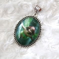 Collier gros cabochon en verre motif elfe