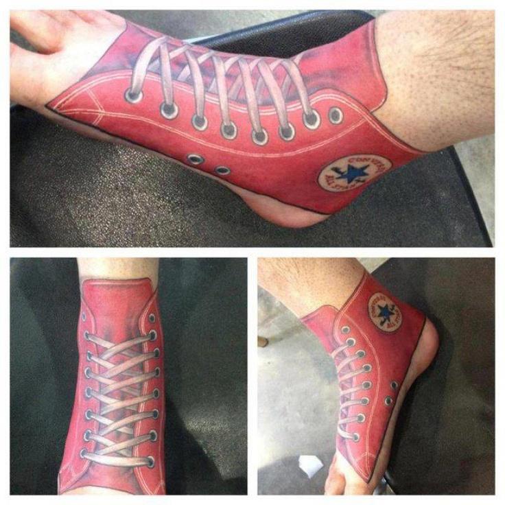 Mi auguro non sia davvero un tatuaggio ma un lavoro ad aerografo...che schifezza ! :-D