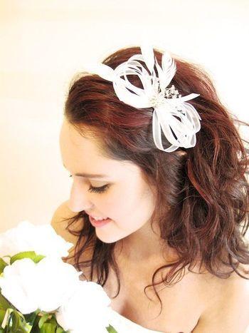 リボンを重ねただけのシンプル可愛いヘッドドレス。白いリボンアレンジアイデア